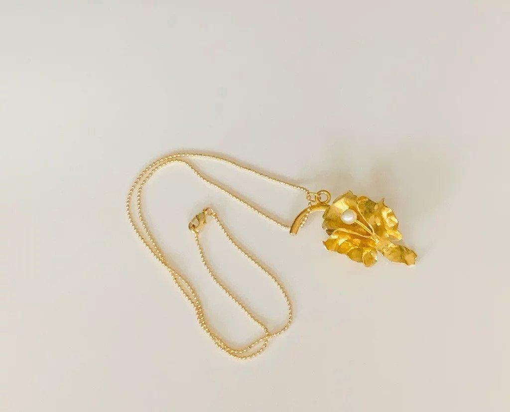 Perlas en Orquideas / Orchid and Pearl Necklace (gold) | Trada Marketplace